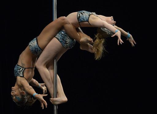 A dupla brasileira se apresenta no campeonato Miss Pole Dance Argentina e Am�rica do Sul 2013, em Buenos Aires. Foto: Juan Mabromata/AFP Photo