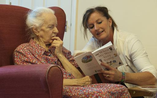 Voluntária lê poesia para idosa em asilo de Stratford upon Avon, em 29 de outubro de 2013. Foto? AFP/WILL OLIVER