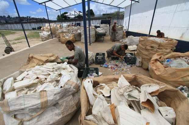 No Complexo Prisional do Curado, presos trabalham na usina de reciclagem e, para cada 3 dias<br /> trabalhados, ganham 1 a menos na sentença. Foto: Annaclarice Almeida/DP/D.A Press