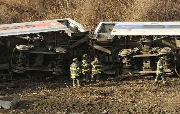 Equipes de resgate procuram por vítimas do descarrilamento de um trem de passageiros em Nova York (AFP) © AFP TIMOTHY CLARY