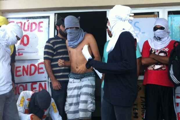 Estudantes se concentraram na entrada do prédio, com rostos cobertos por camisetas. Foto: Mayra Cavalcanti/DP/D.A Press