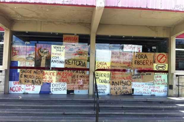Cartazes cobram entrada da reitoria da UFPE. Foto: Mayra Cavalcanti/DP/D.A Press