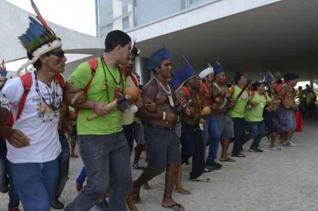 Índios de várias etnias, protestam em frente ao Palácio do Planalto. Os manifestantes entraram em confronto com seguranças ao tentarem subir a rampa que dá acesso ao local. Foto: Antonio Cruz/Agência Brasil