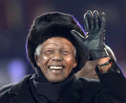 Nelson Mandela acena ao comparecer à final do Mundial de 2010 em Soweto. Foto: Thomas Coex/AFP Photo