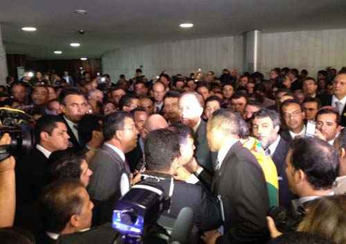Confus�o no Congresso Nacional: seguran�as demoraram 30 minutos para convencer prefeitos a esperarem Henrique Alves no audit�rio da C�mara. Foto:Iano Andrade/CB/D.A Press  (Iano Andrade/CB/D.A Press)