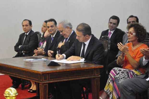 Eduardo Campos assinou medidas nesTa terça-feira. Foto: Paulo Maciel/Divulgação