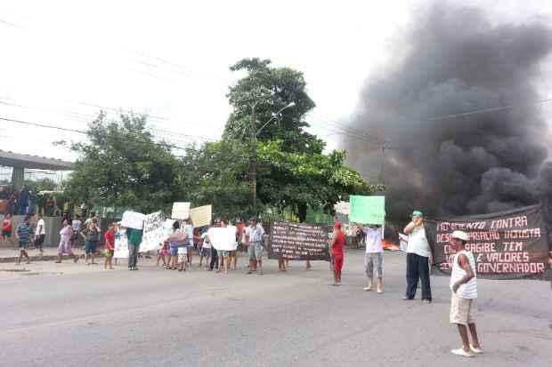 Removidos pelas obras da Copa, moradores do Loteamento São Francisco queimam pneus em frente ao Terminal Integrado de Camaragibe. Foto: Eduardo Amorim