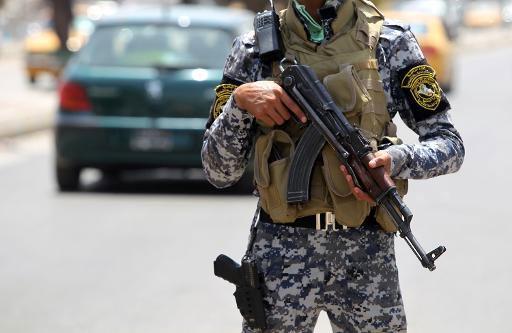 Policial iraquiano monta guarda em posto de controle em Bagdá. Foto: Ahmad al-Rubaye/Arquivos/AFP Photo