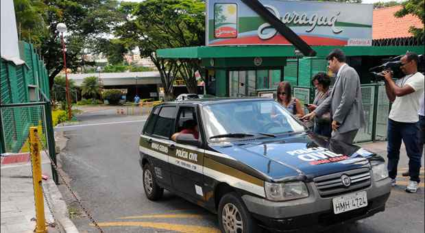 Policiais civis estiveram ontem no Jaragu� Country Club para come�ar a investigar as causas do acidente que matou garota de 8 anos. Foto: Paulo Filgueiras/EM/D.A. Press