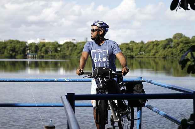 O empresário Anderson Lopes está se preparando para pedalar até a Bahia. Foto: Blenda Souto Maior/ DP/ D.A Press