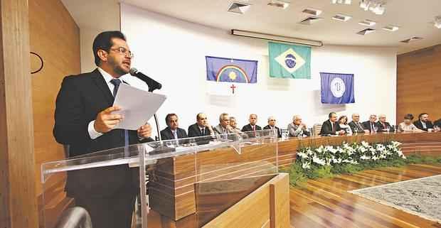 Antes mesmo de ler o discurso, Valdecir Pascoal n�o conteve as l�grimas ao ouvir o depoimento dos colegas da Corte. Foto: Ricardo Fernandes/DP/D.A. Press