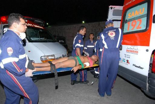 Imagem mostra detento sendo socorrido pelo Samu em rebeli�o ap�s rebeli�o no presidio Anibal Bruno em maio de 2010 (Cecilia de Sa Pereira/DP/D.A Press/Arquivo)