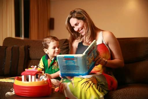A empresária Priscila costuma ler o livro para seu filho. Foto: Bernardo Dantas/ DP/D.A Press.