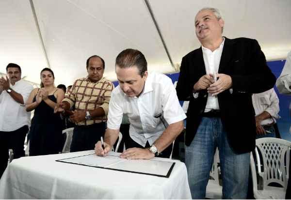 Aluisio Moreira/SEI (Eduardo Campos assinou a ordem de servi�o para a constru��o da UPAE em Carpina. Foto: Aluisio Moreira/SEI)