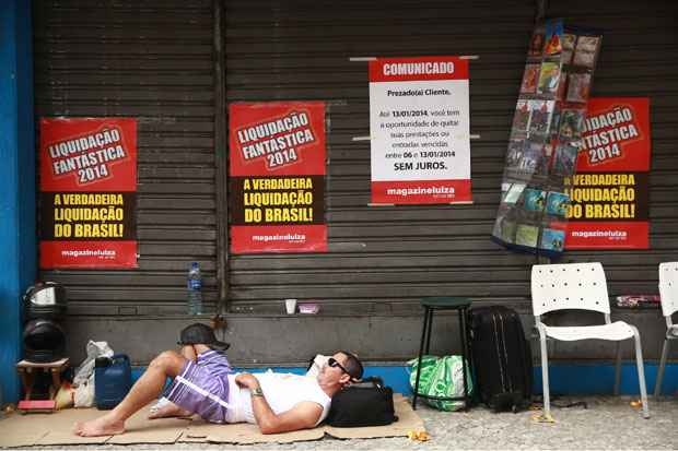 Desde a manh� desta quinta-feira algumas pessoas j� se concentravam em frente a loja na Rua da Conc�rdia. Foto: Bernardo Dantas/DP/D.A Press
