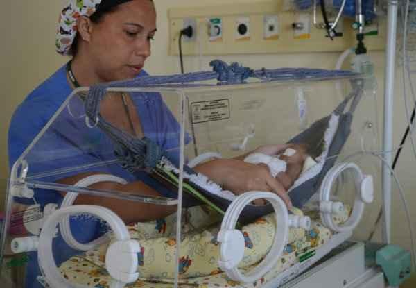 Beb�s descansam em mini-redes de algod�o adaptadas dentro das incubadoras. Foto: Fabio Rodrigues Pozzebom/ Ag�ncia Brasil