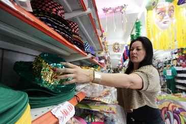 A advogada Vanessa Viana, 41, n�o perdeu tempo e escolheu parte do que vai usar como fantasia durante a folia. Ela pretende gastar at� R$ 500. Foto: Alcione Ferreira/DP/D.A Press