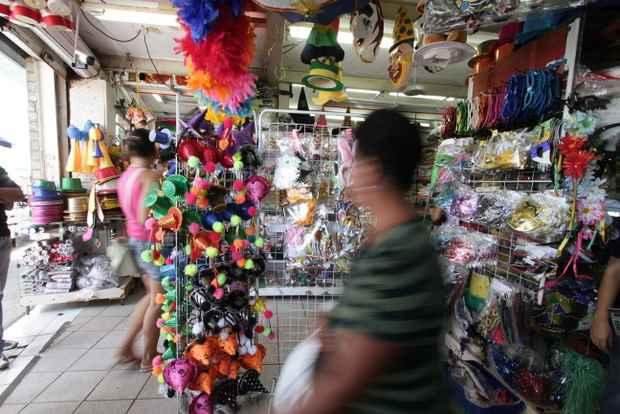 Os artigos de �poca j� invadiram as lojas: uma d�zia de colares havaianos custa R$ 15; as sombrinhas de frevo variam de R$ 25 a R$ 28. � poss�vel comprar fantasias a partir de R$ 30. Foto: Alcione Ferreira/DP/D.A Press