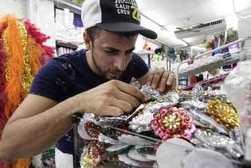 O estilista Leandro Martins, 33, saiu de Bezerros, cidade com tradi��o no carnaval, para garimpar os materiais que usa na confec��o de fantasias. Foto: Alcione Ferreira/DP/D.A Press