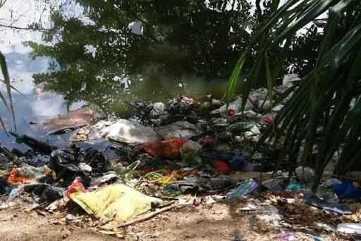 A quantidade de dejetos ao longo da margem do rio assusta quem frequenta o local. Foto: Mayra Cavalcanti/Esp. Diario/D.A Press
