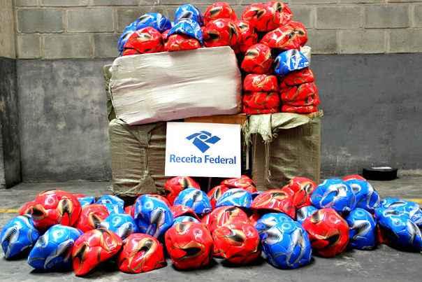 Al�m de bolas de futebol, Alf�ndega apreendeu capas de tablets, material escolar e armas de brinquedo (Receita Federal/Divulga��o)