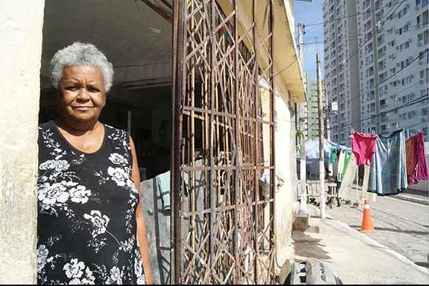 A aposentada Margarida da Conceição, 68, moradora da Imbiribeira, conta que já teve crise de alergia depois de utilizar veneno para livrar a casa dos escorpiões.  Foto: Mariana Fabrício/ Esp DP/ D.A Press