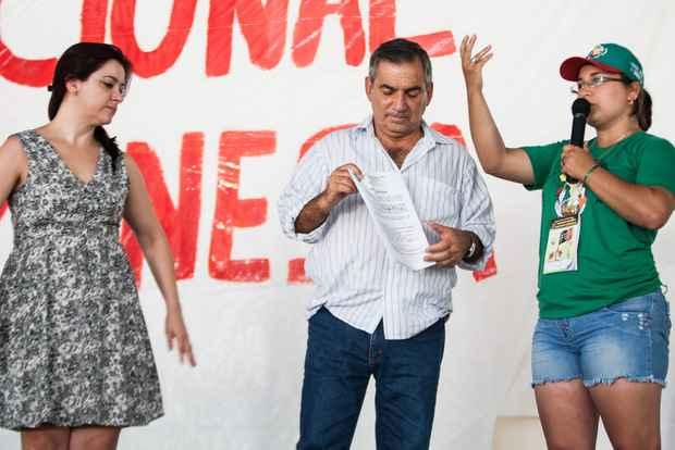 Ministro recebendo a pauta de reivindica��o do movimento (Joka Madruga/Divulga��o)
