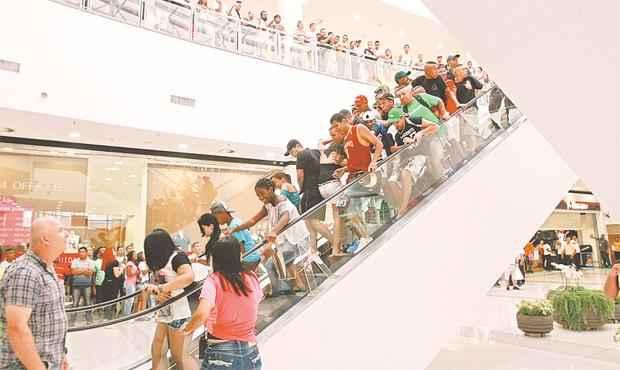 Em São Paulo houve corre-corre e confusão no Shopping Itaquera, durante reunião de jovens nesta semana. Foto: Robson Ventura/Folhapress