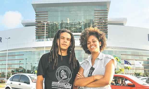 Os universitários Leonardo Bulhões e Janaína Oliveira irão aos encontros por aqui. Foto: Edvaldo Rodrigues/DP/D.A Press