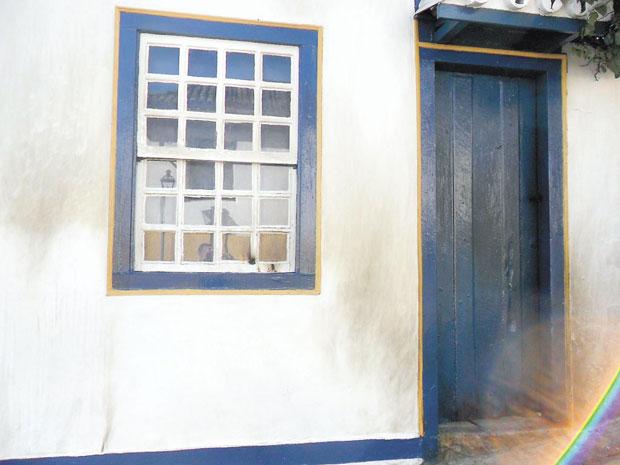 Chamas danificaram a porta do im�vel. Foto: Divulga��o