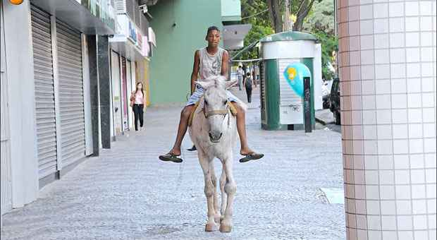 S�rgio diz que usa as cal�adas em �ltimo caso, quando n�o � poss�vel andar nas ruas. Foto: Cristina Horta/EM/D.A. Press