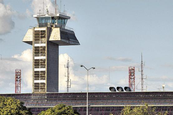 Torre de controle: trabalhadores reclamam que n�o foram consultados sobre aumento do n�mero de voos. Foto: Breno Fortes/CB/D.A. Press