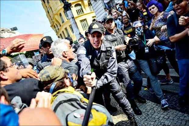 Repress�o violenta de protestos no Rio complicou a gest�o do governador S�rgio Cabral. Foto: Yasuyoshi Chiba/AFP