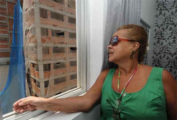 Professora Rita Rangel reclama do barulho das obras ao lado que chega a 87 decib�is dentro de casa. Foto: Beto Novaes/EM/D.A. Press
