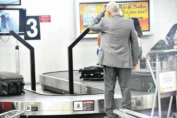 Passageiro diante de uma esteira no aeroporto de Confins � espera das malas: furtos de bagagens cresceram no ano passado. Foto: Beto Novaes/EM/D.A. Press