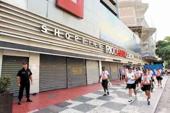 Portas fechadas no Rio Design Leblon: refor�o na seguran�a do bairro para evitar tumultos (Gabriel de Paiva/Ag�ncia O Globo)