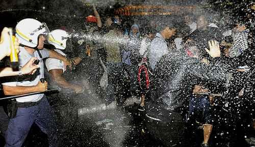 Em 2013, manifestantes foram contidos com spray de pimenta e bombas de efeito moral foto: Breno Fortes/CB/D.A Press  (Breno Fortes/CB/D.A Press )