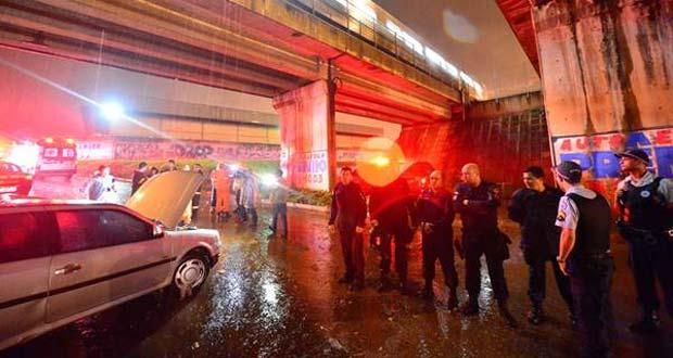 Alagamento matou um homem afogado dentro do carro nesta ter�a-feira, tr�s meses atr�s um menino morreu dentro de um �nibus no mesmo local foto: Daniel Ferreira/CB/D.A Press (Daniel Ferreira/CB/D.A Press)