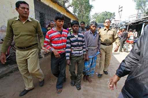 Suspeitos do caso de estupro coletivo são detidos, no distrito de Birdhum. Foto: AFP Photo