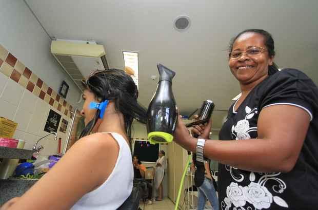 Maria Cleide da Silva conseguiu uma vaga no curso de cabelereiro na escola do Senac de Paulista e diz: