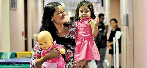 A pequena Let�cia deixa o hospital onde passou pelo transplante: sobe e desce do ber�o e boneca - Foto: Breno Fortes/CB/D.A Press (Breno Fortes/CB/D.A Press)