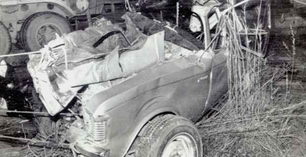 Carro do ex-presidente ficou destru�do em acidente na Via Dutra, em agosto de 1976. Foto: Arquivo/EM