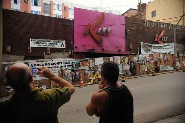 Tapume em frente � boate est� coberto por fotos e cartazes. Foto: Fernando Fraz�o/ Ag�ncia Brasil