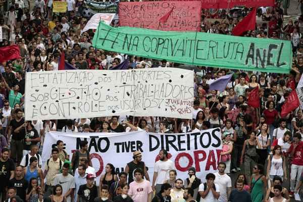 Passeata no centro da capital paulista: manifesta��o come�ou pac�fica, mas terminou em atos violentos foto: AFP PHOTO / Miguel Schincariol (AFP PHOTO / Miguel Schincariol)