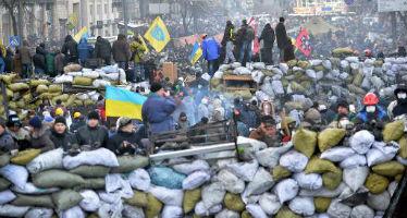 Manifestantes ucranianos atrás de barricadas, no centro de Kiev, em 26 de janeiro de 2014. Foto: AFP SERGEI SUPINSKY