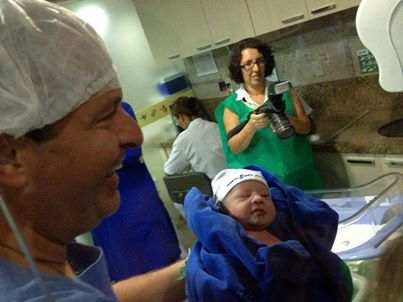 Governador com o filho Miguel no ber��rio da maternidade. Foto: Reprodu��o/Facebook (Reprodu��o/Facebook)