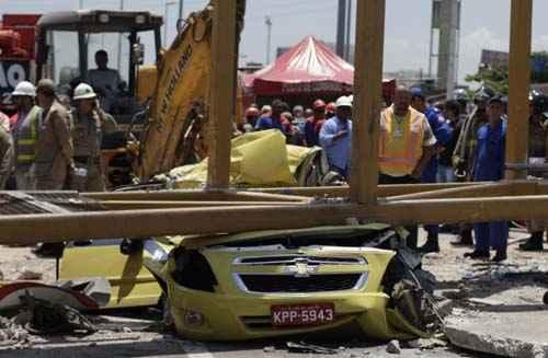 Um dos mortos era o motorista deste t�xi, atingido em cheio pela passarela foto: Ricardo Moraes/Reuters (Ricardo Moraes/Reuters)