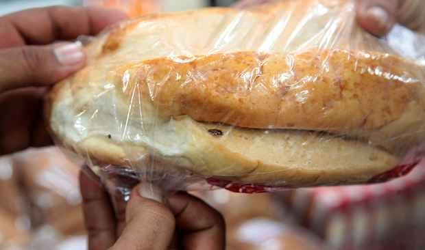 Fiscais do Procon encontraram insetos dentro de embalagens de p�es e nas prateleiras (Valter Andrade/PMJG/Divulga��o)