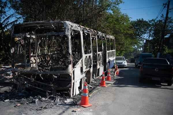 �nibus incendiado na Estrada do M'Boi Mirim, zona sul de S�o Paulo foto: Marcelo Camargo/Ag�ncia Brasil (Marcelo Camargo/Ag�ncia Brasil)