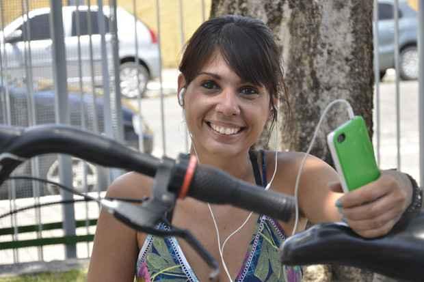 Hallina ainda é iniciante nas pedaladas, mas sempre que sai com a bike leva junto o celular e os fones de ouvido (Foto: Cristiane Silva/DP/D.A Press)